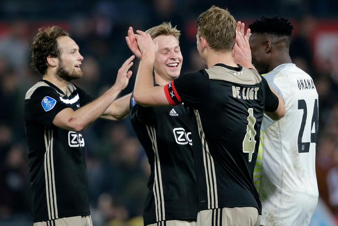 Daley Blind, Frenkie de Jong, Matthijs de Ligt en Andre Onana vieren feest in de Kuip na de winst op Feyenoord in de halve finale.