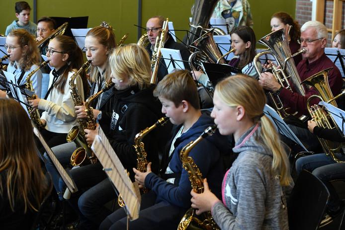 Leden van zeven jeugdmuziekkorpsen repeteren in Tricht.