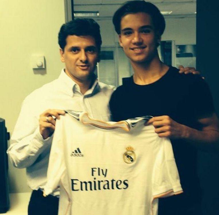 Een trotse Mink Peeters (rechts) met het shirt van Real Madrid. Beeld null