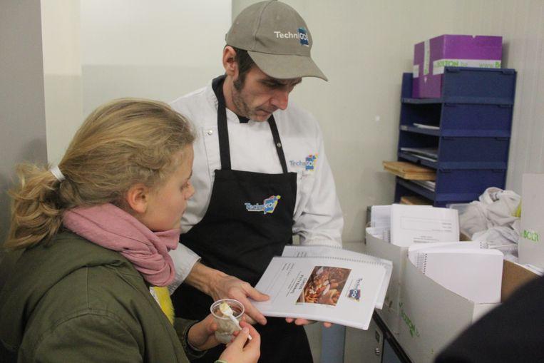 Griet krijgt van de leerkracht Bakkerij enkele cursussen mee.