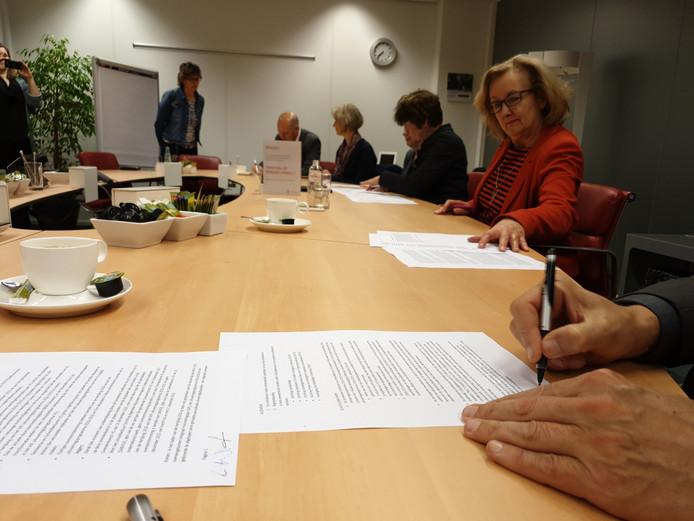 Anneke Veerbeek (tweede van rechts) en Meine Stoker (uiterst rechts) zetten hun handtekening onder de overeenkomst.