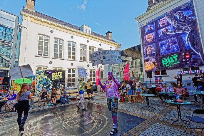 Sfeerbeeld van het BUT Filmfestival, vorig jaar in Breda. Op het buitenterrein van De Nieuwe Veste roepen aliens bezoekers op om mee te lopen naar het Chassé Theater om daar een voorstelling te zien.
