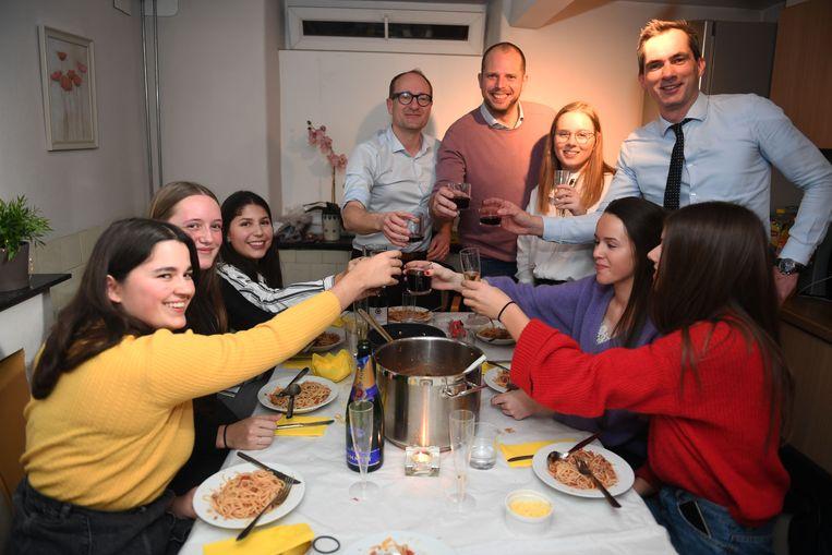 Theo Francken, Ben Weyts en Lorin Parys koken voor studenten in Leuven.
