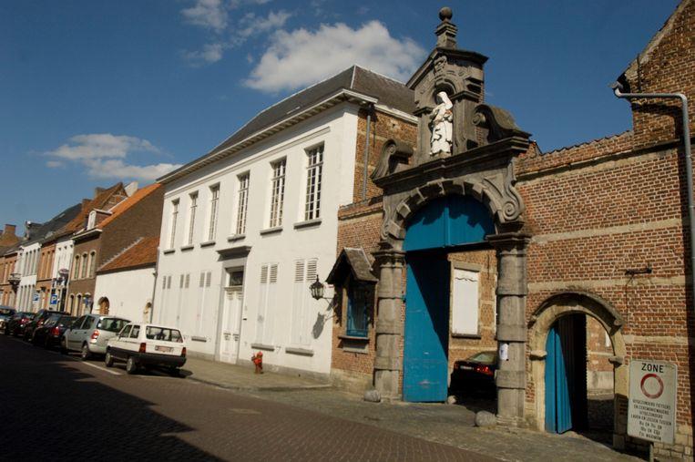 De pastorie van het begijnhof (links naast de toegangspoort) wordt binnenkort openbaar verkocht.