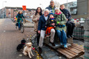 Actievoerster Astrid Hendriksen (tweede van rechts) met buurtbewoners die de bushaltes in de Schaakbuurt willen behouden.