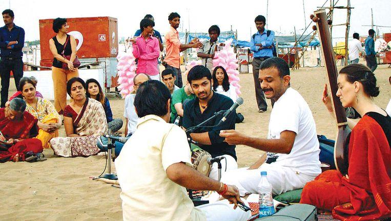 T.M. Krishna zingt op het Besant nagar strand in India Beeld