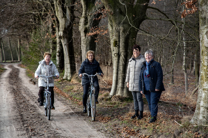 De werkgroep fietspaden van Zorg om het Dorp bij D'n Erpse Pad. Van links naar rechts Jacqueline van Strien, Ria Lindeman, Lilian van Vijfeijken en Maria Eeuwes.
