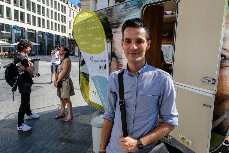 caravan inburgering: Turkse jongen wiens ouders terug naar Turkije vertrokken zijn