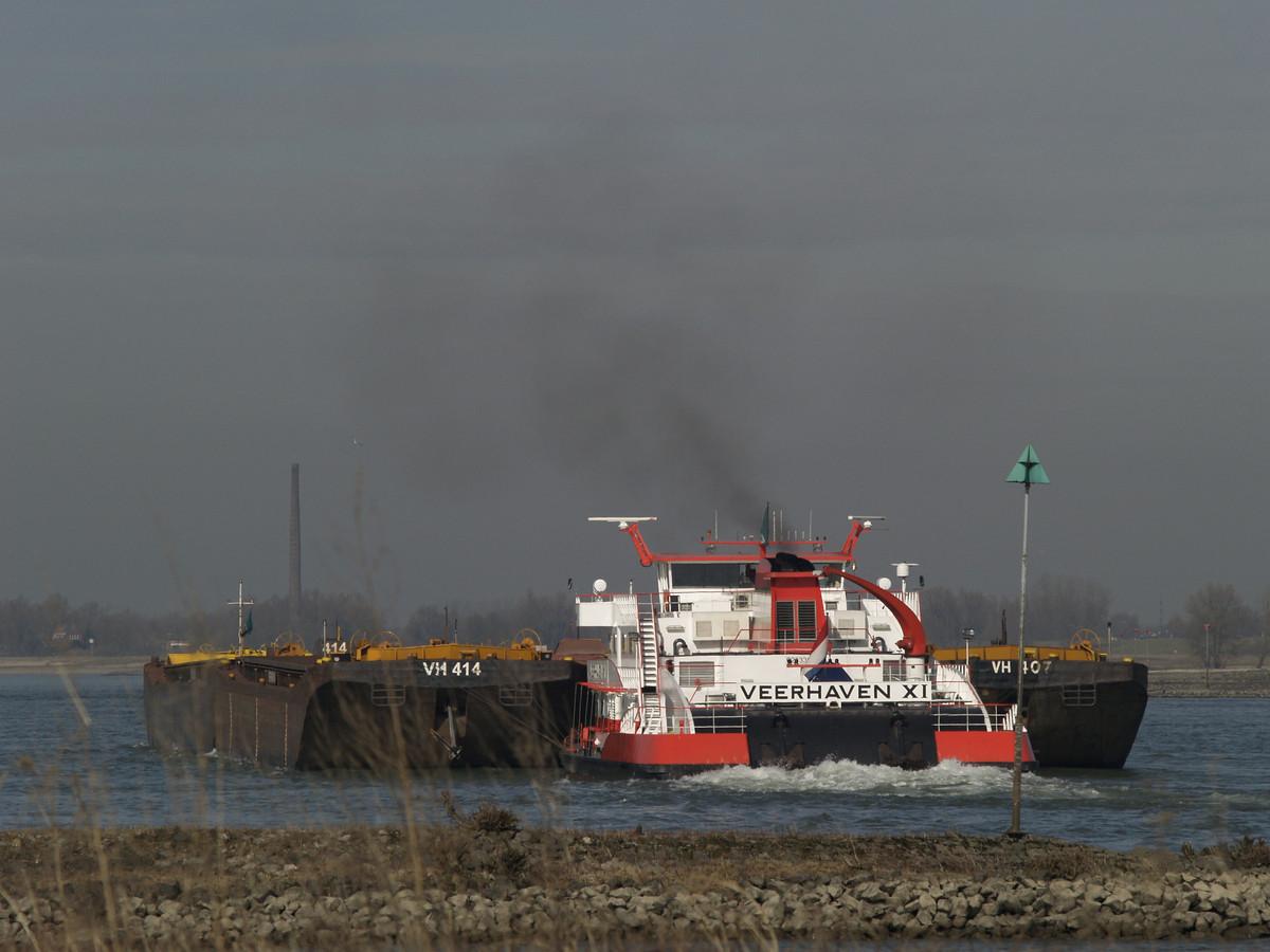 Scheepvaart op de Waal. Dit schip heeft met ontgassen niets te maken.