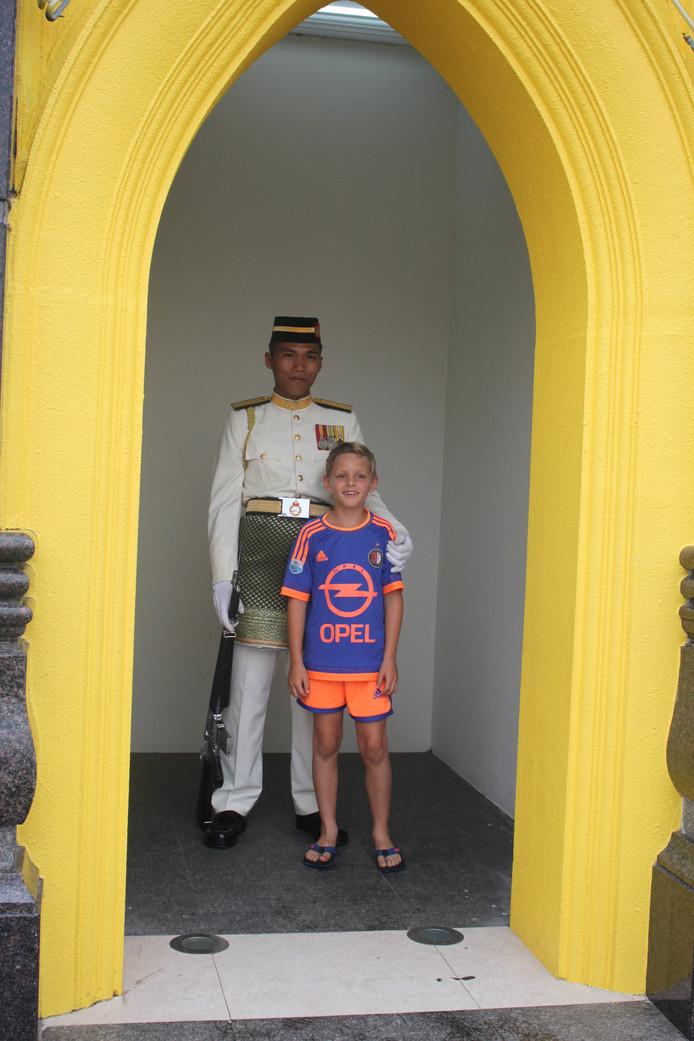 Irene Alma trok met man en kinderen door Maleisië. De wacht van het eerste bataljon van de Royal Malay Regiment in Kuala Lumpur wilde best even poseren met deze jonge Feyenoordfan.