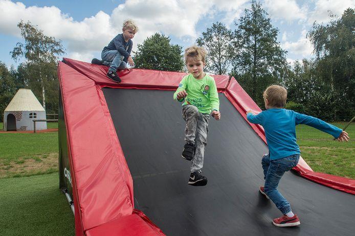 Op de gehoekte trampoline kun je normaal springen en je kunt je tegen de schuine wand aan laten vallen.