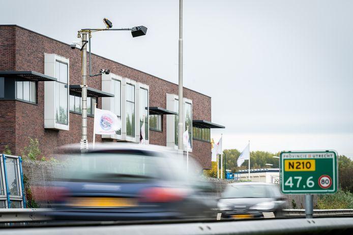 Een slimme camera op de N210 bij IJsselstein vist mensen met een telefoon in hun hand er feilloos uit.