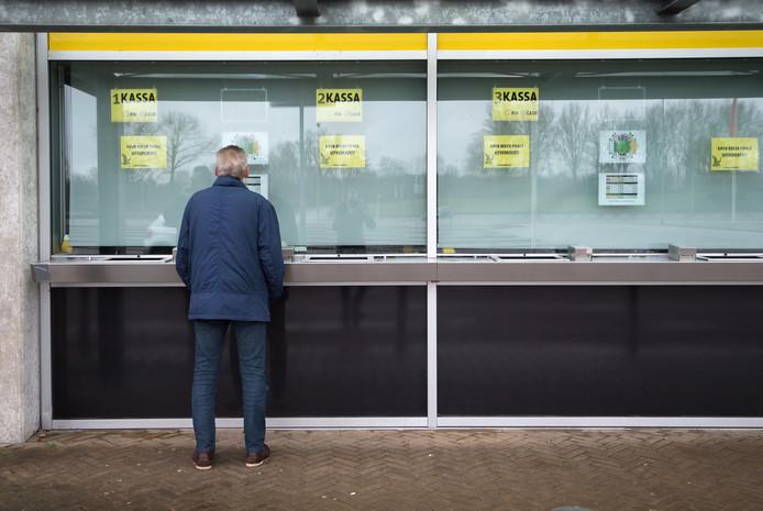 Een Vitesse-fan voor de kassa van het Gelredome.