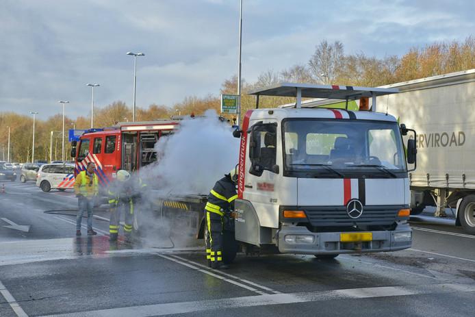 Brandende vrachtwagen op Ringbaan-West in Tilburg