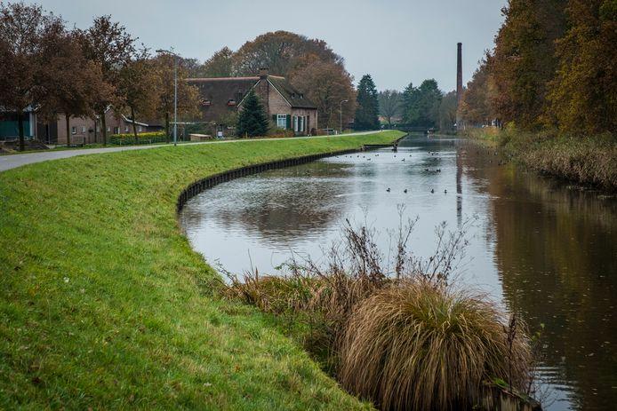 De dijk langs het Apeldoorns Kanaal wordt versterkt tussen Hattem en Wapenveld.