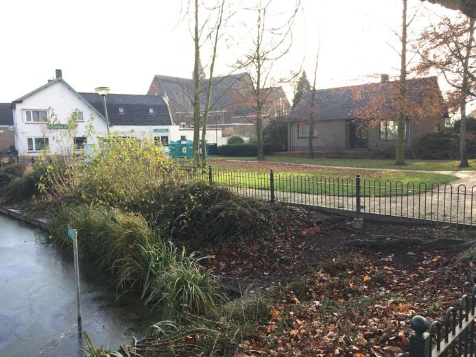 Het centrum van Krabbendijke wordt opgeknapt. De vijver wordt in een modern jasje gestoken. De woning op de achtergrond wordt afgebroken. Hier worden parkeerplaatsen aangelegd.
