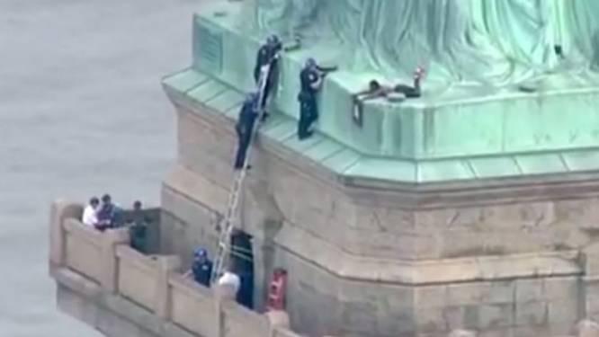 """Vrouw beklimt Vrijheidsbeeld op Amerikaanse Onafhankelijkheidsdag: """"Ik kom niet naar beneden tot alle kinderen zijn vrijgelaten"""""""