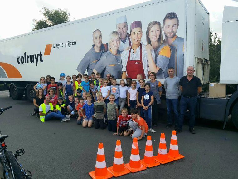 De vrachtwagenchauffeurs van Colruyt leerden de scholieren de gevaren van een vrachtwagen.