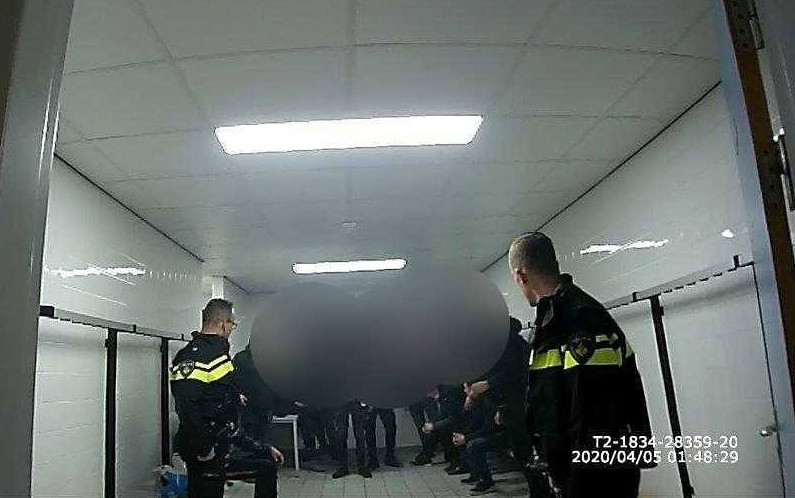 Agenten troffen de jongeren aan in een kleedkamer.