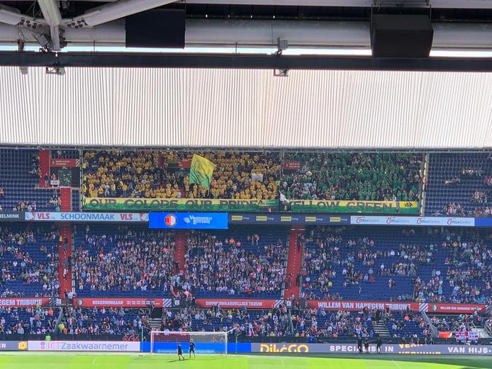 Het vak van de ADO-supporters in De Kuip is groen-geel gekleurd bij aanvang van de wedstrijd.