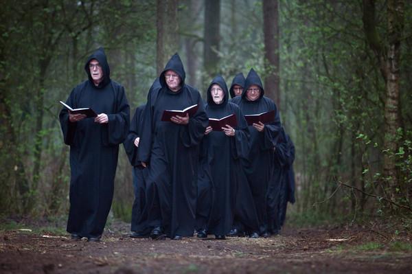Het Nijmeegse mannenkoor Schola Karolus Magnus houdt een lenteritueel bij de ruïne van Sint Walrick in de bossen bij Overasselt.