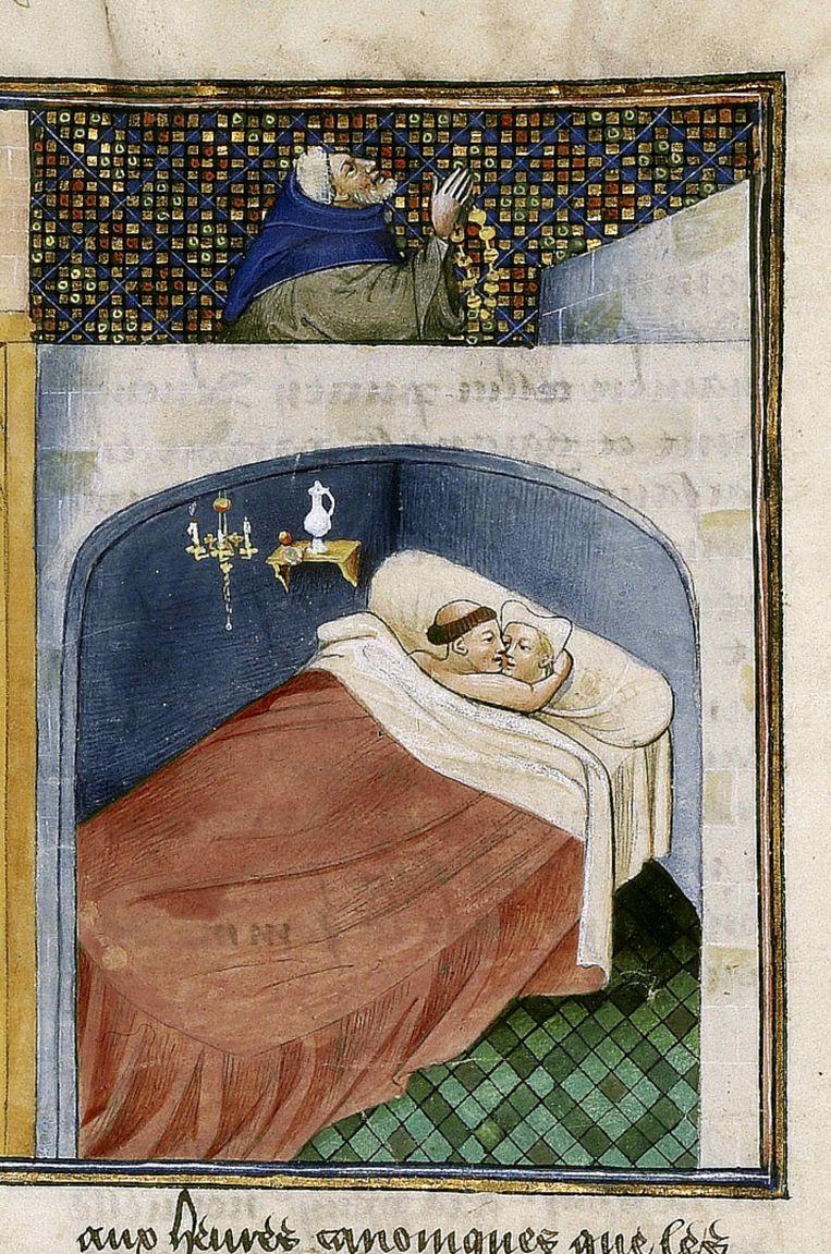 Terwijl de rijke man zijn Onzevaders en weesgegroetjes bidt, ligt de monnik bij zijn vrouw in bed.  Collectie Bibliothèque de l'Arsenal. Kunstenaar onbekend. Beeld Fine Art Images/Heritage Images