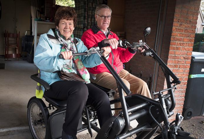 Mimi en Piet van Eekelen op de duofiets.