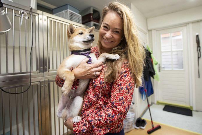 Karen Soeters met het gehandicapte hondje Jukka uit Hongarije. Dierenbeschermer Soeters heeft namens House of Animals aangifte gedaan tegen een hondenhandelaar vanwege het invoeren van puppy's uit Oost-Europa.