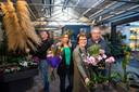 Els en John Thijert (rechts) vinden het welletjes na meer dan 40 jaar in het bloemenvak. Roy Albers en Lotte Wijngaard (links) nemen de zaak over.