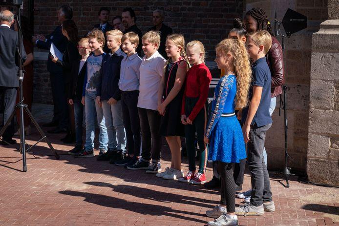 Wachten op Prins Charles: kinderen van Arnhemse scholen hoopten hem rond te leiding langs hun expositie in de Eusebiuskerk maar de prins had slecht weinig tijd.