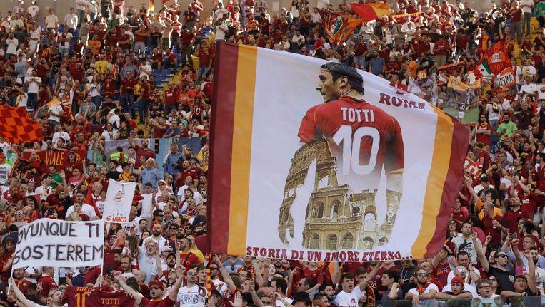 Roma-fans brengen een saluut aan de ultieme clubvoetballer: Francesco Totti. Beeld Alessandra Tarantino / AP