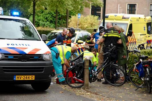 Personeel van de ambulance verleent hulp.