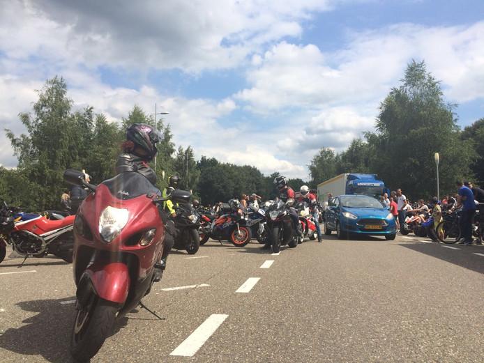 Rond 13.00 uur waren er zo'n honderd motorrijders bij parkeerterrein Hoezaar aan de A58.