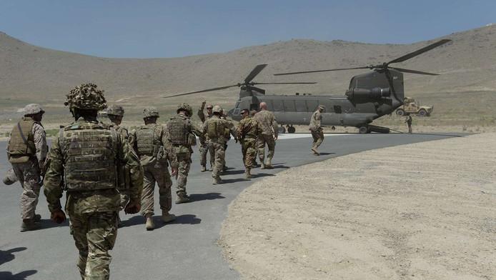NAVO-soldaten lopen naar een helikopter.