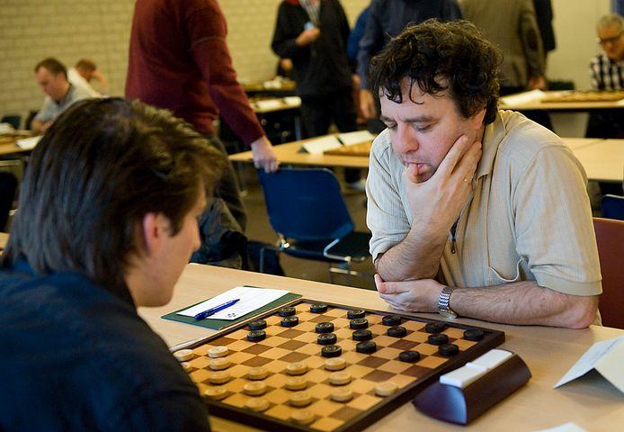 Alexander Schwarzman speelt een bijzondere simultaanseance met tegenstanders uit de gehele wereld.