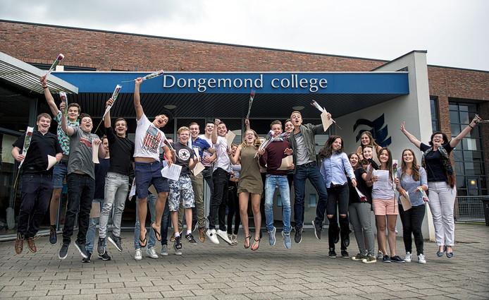 Geslaagde scholieren op het Dongemond College in Raamsdonksveer springen een gat in de lucht : geslaagd ! Foto Johan Wouters