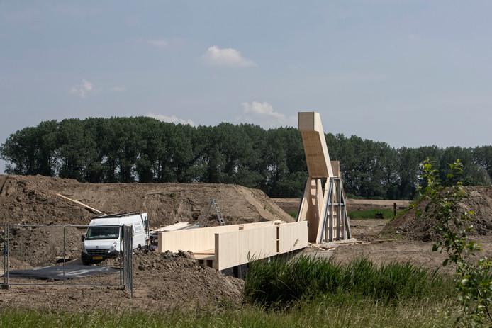 De brug en uitkijktoren zijn in aanbouw