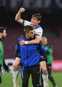 Marten de Roon en Mario Pasalic vieren de zege bij Napoli (1-2) gisteravond.