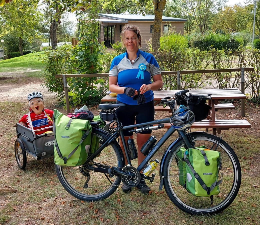 Marga Wispels uit Almelo fietst voor KWF kankerbestrijding een solotocht van 2.500 kilometer.