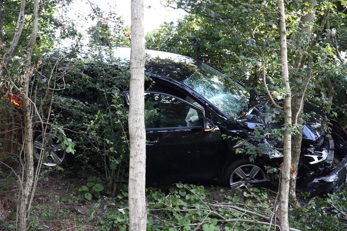 De zwaarbeschadigde auto na de crash bij Tiel.