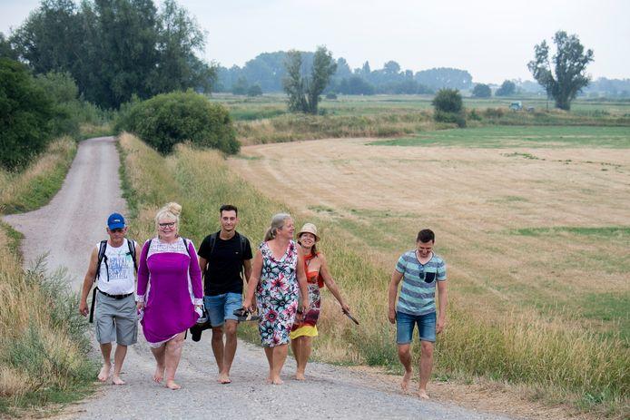Deelnemers aan de wandeltocht op blote voeten.