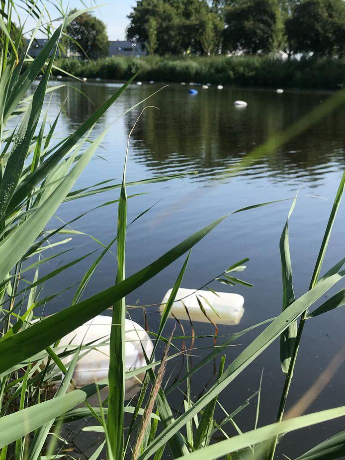 De vaten drijven over een afstand van zo'n 200 meter in De Vliet in Roosendaal.