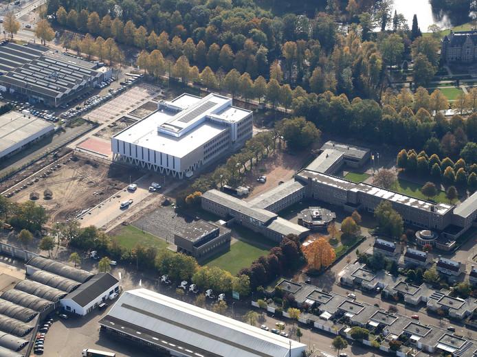 Het nieuwe Augustinianum (links) en het oude op één foto. De nieuwbouw is al te klein vanwege de explosieve groei van het aantal leerlingen.