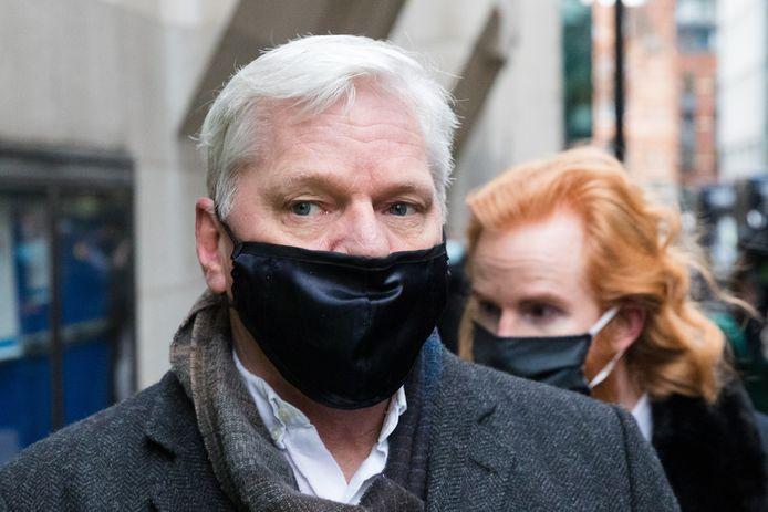 Julian Assange arriveert bij de rechtbank.