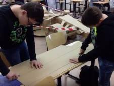 Leerlingen van Cambreurcollege in Dongen maken kartonnen formule 1 auto van Max Verstappen