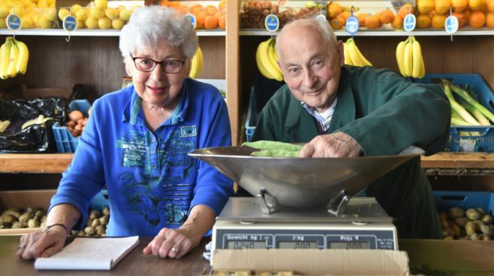 Het echtpaar Francien en Adrie Trimpe in hun groentezaak aan Het Groenewoud.