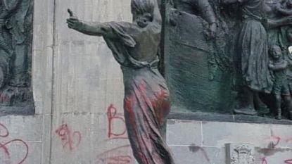 Standbeeld van de Drie Gapers met koning Leopold II beklad met rode verf, stadsbestuur veroordeelt vandalisme
