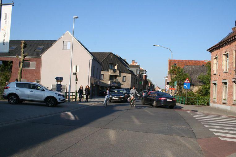 De verkeersveiligheid aan de schoolpoort van het Sint-Teresiacollege is onveilig voor zwakke weggebruikers.