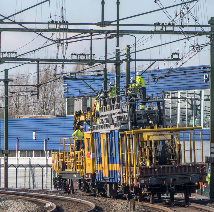 ProRail werkt aan de bovenleiding van het spoor bij Zwolle.