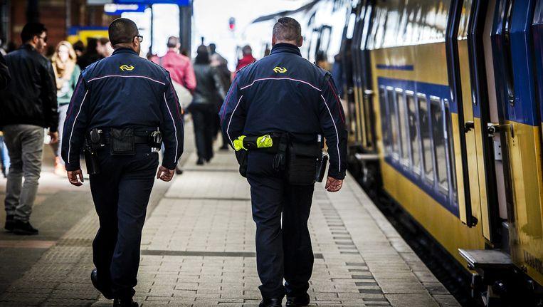 Service- en veiligheidsmedewerkers van de Nederlandse Spoorwegen op het station. Beeld null